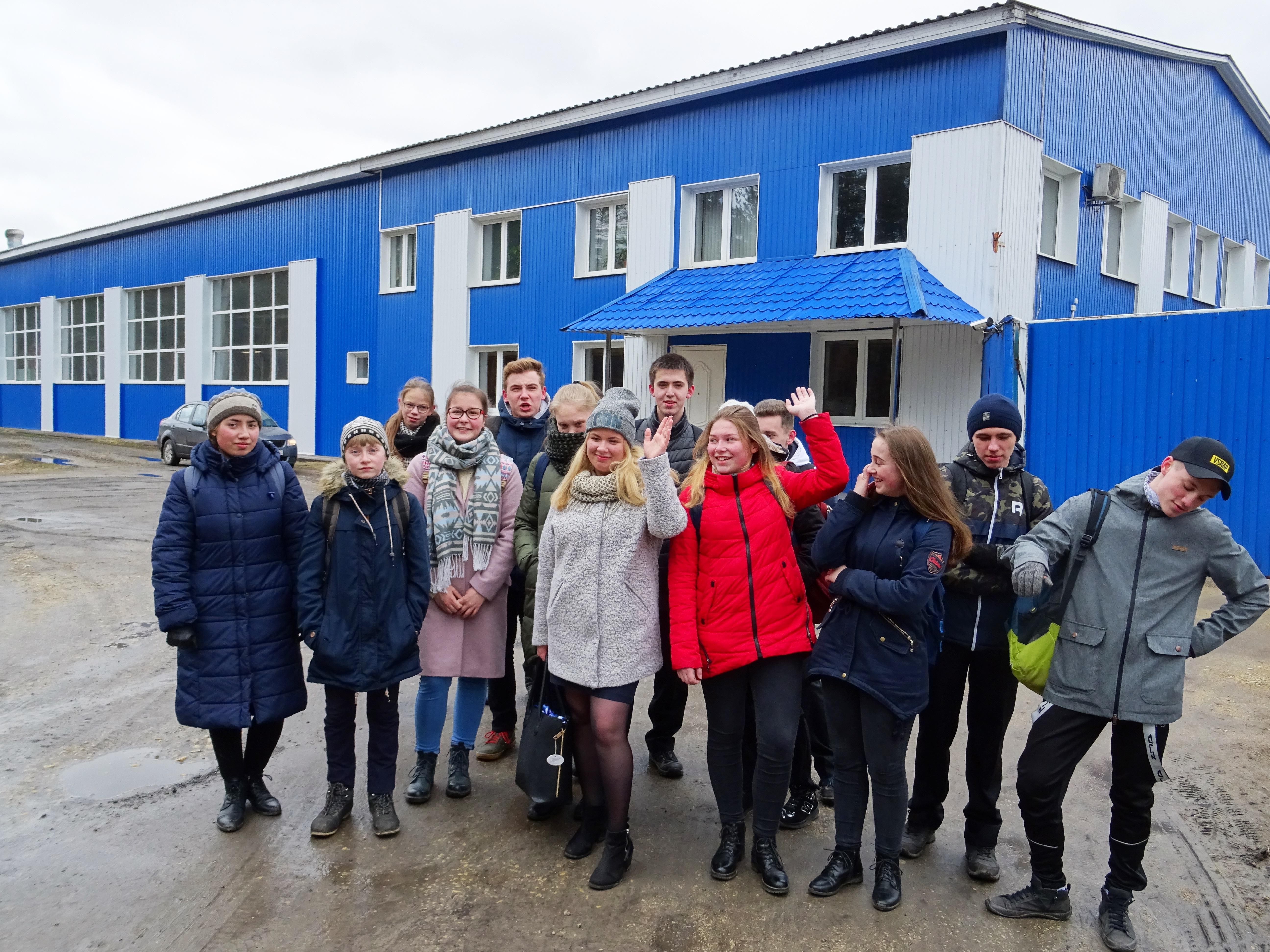 Учащиеся перед зданием