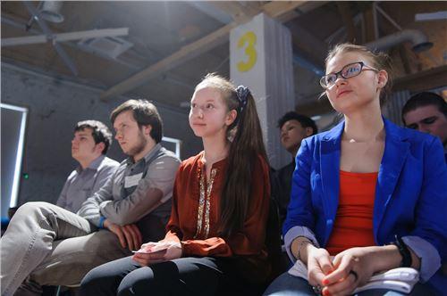 Финалисты конкурса Google для школьников слушают своих