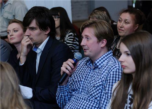 Станислав Козловский (Викимедиа.ру) задает свой вопрос финалисту
